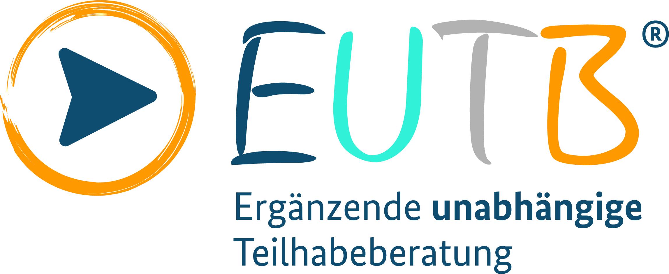 Das Logo Besteht aus zwei Elementen. Beide Elemente sind in einer Reihe angeordnet: Links befindet sich ein blauer, nach rechts weisender Pfeil, der von einem orangefarbenen Kreis umschlossen wird. Rechts von Kreis und Pfeil folgen die Buchstaben E, U, T, B. Alle Buchstaben sind großgeschrieben und verschiedenfarbig. Das E ist blau, das U türkis, das T grau und das B ist orange